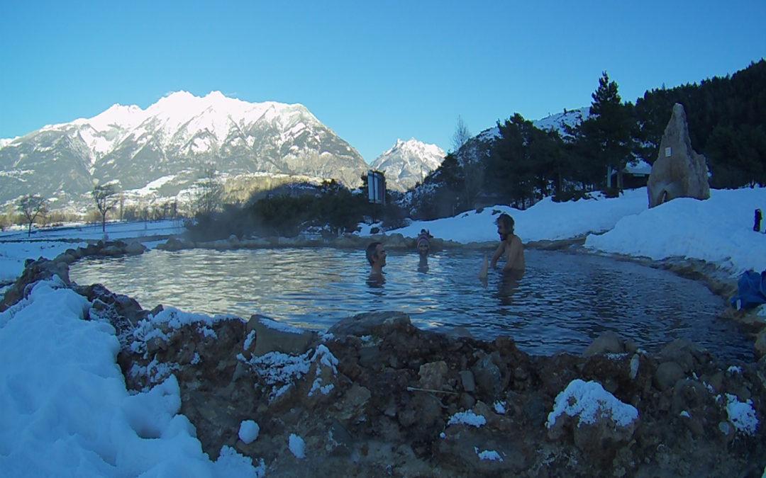 Baignade aux sources d'eau chaude après une bonne journée de poudreuse